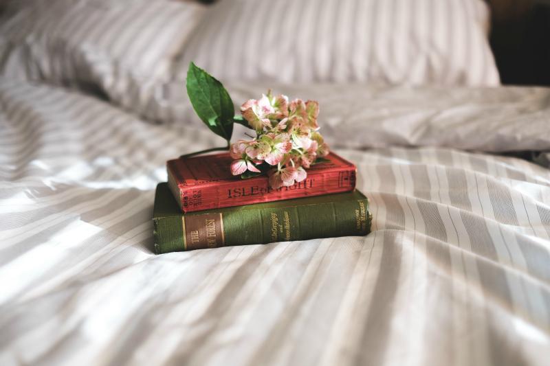 książki i lektury na łóżku