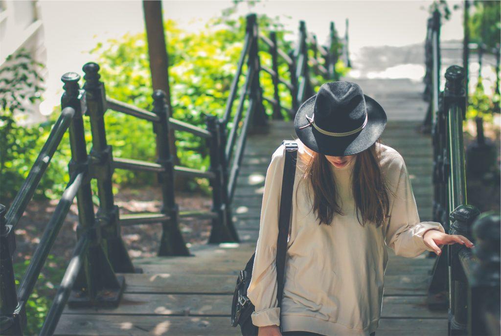 dziewczyna na moście - opisać siebie