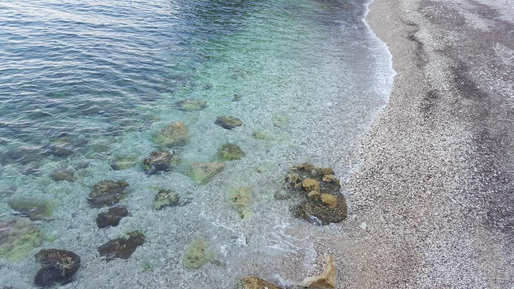 plaża w Plat na wakacjach w Chorwacji - kamienista