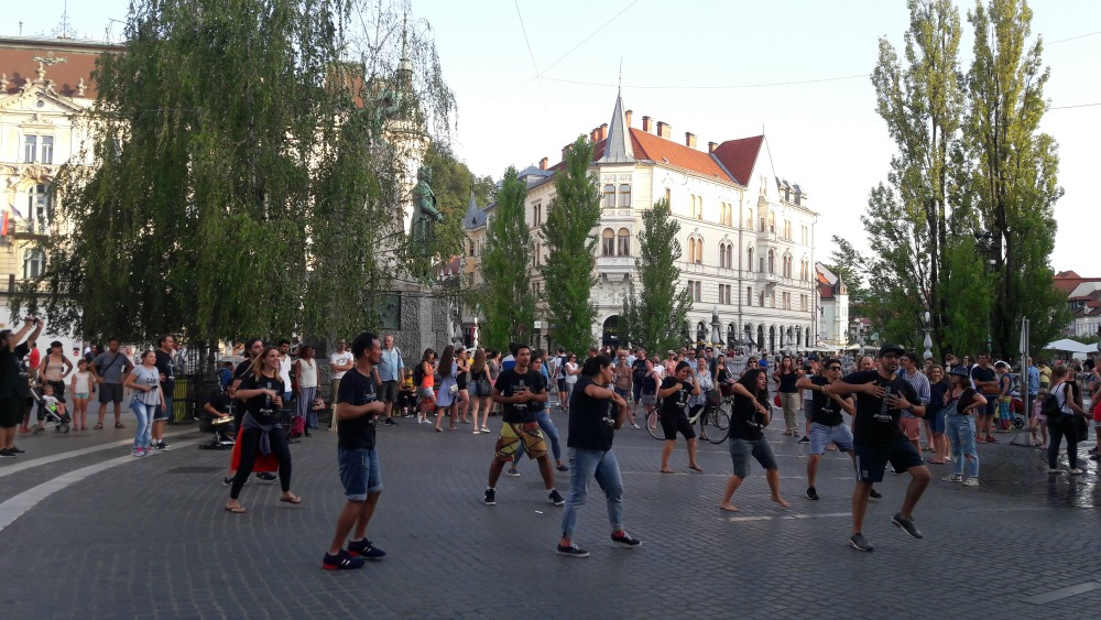 tancerze na ulicach Lublany w Słowenii