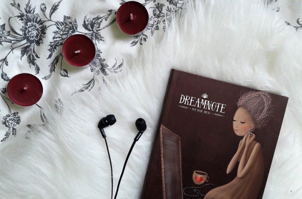 piękny notatnik, czarne słuchawki, wiśniowe świeczki - do posta sposób na poprawę humoru