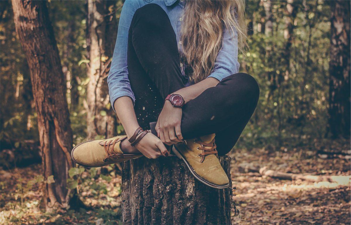dziewczyna na pniu drzewa - opisać siebie