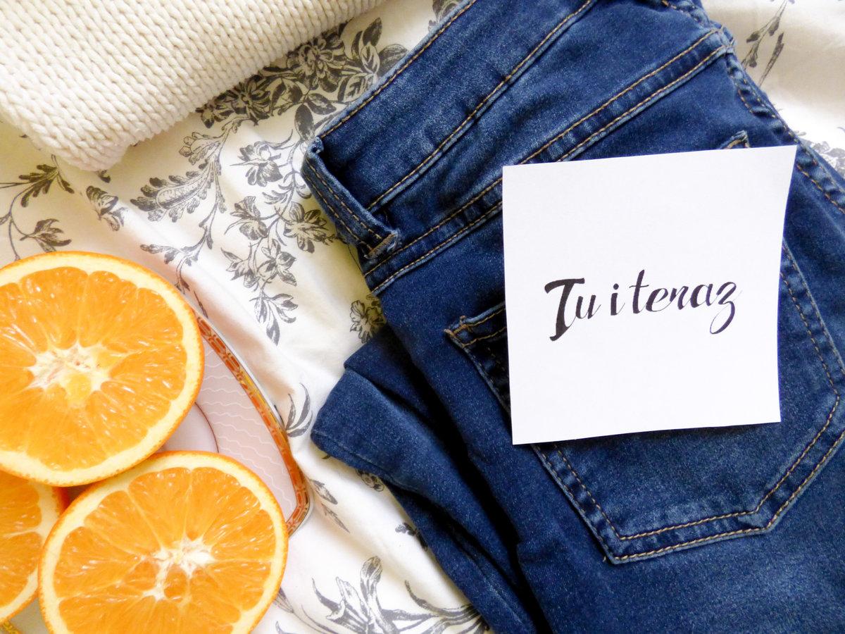 Tu i teraz w czerwcu - pomarańcze, jeansy i biały sweter
