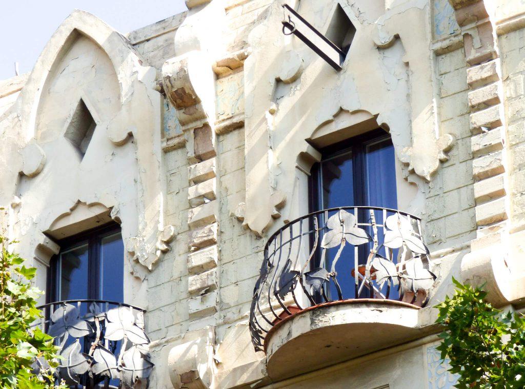 śliczne balkony w Barcelonie w Hiszpanii