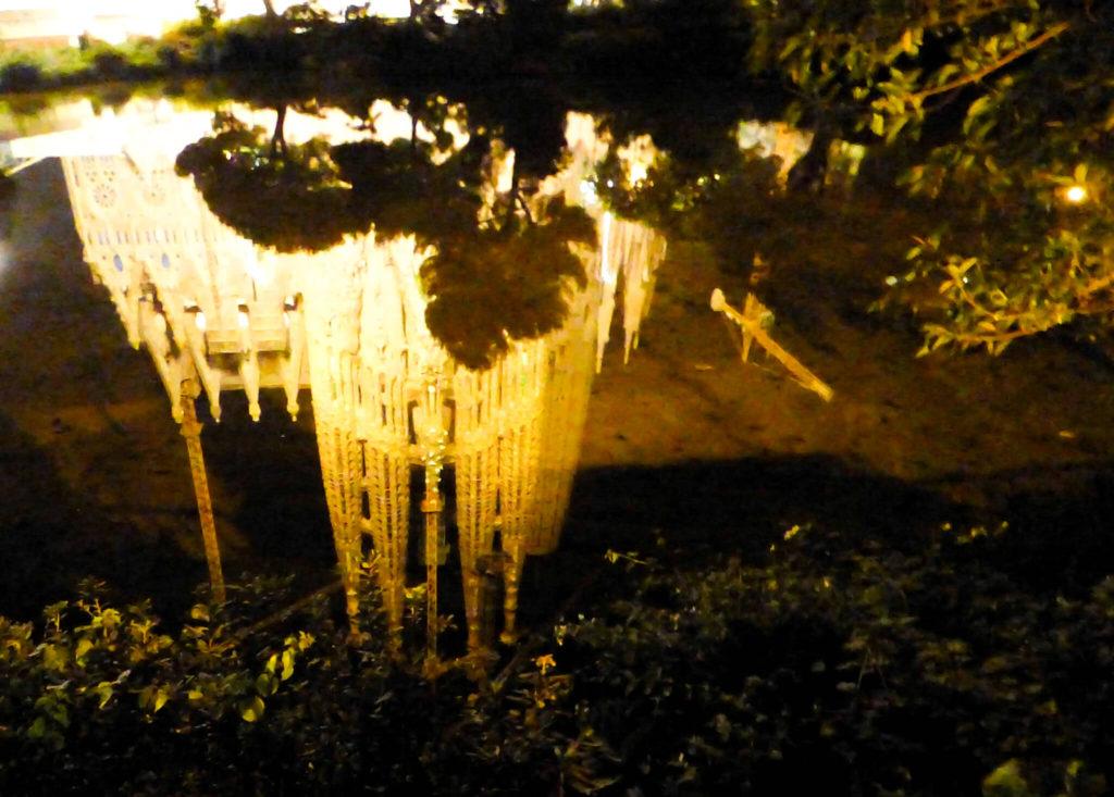 Barcelona - Sagrada Familia nocą - odbicie w wodzie.jpg