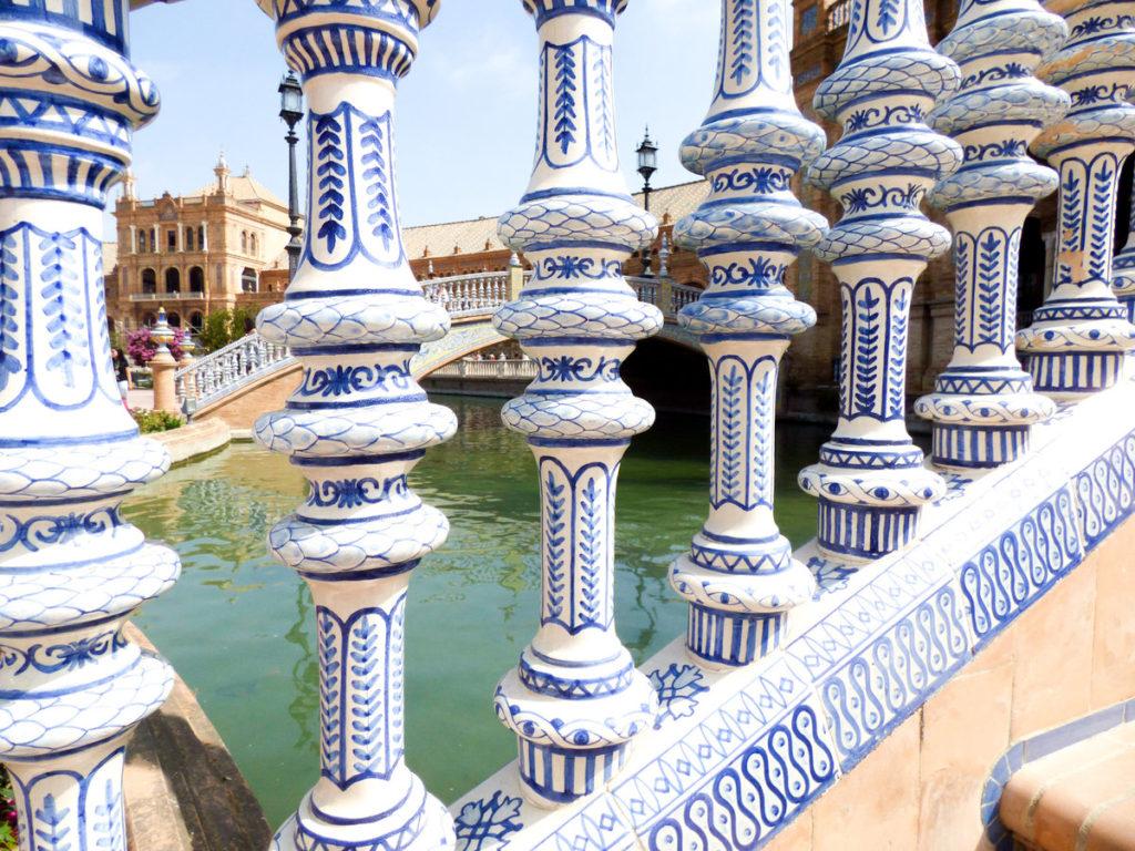 kolumny z ceramiki - Plaza de Espana - Plac Hiszpański w Sewilli