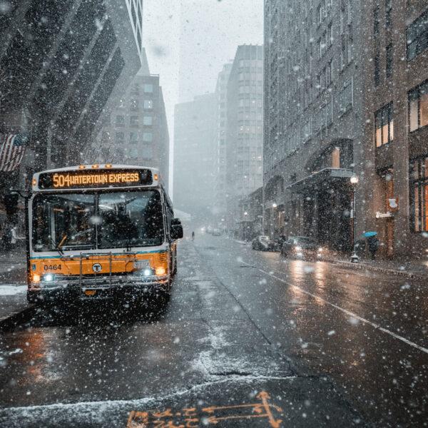 dlaczego ludzie nie chcą korzystać z komunikacji publicznej - bus w deszczu